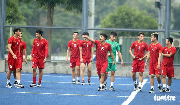 Quang Hải, Bùi Tiến Dũng và các đồng đội cười rạng rỡ trên sân tập sau trận thắng U22 Indonesia - Ảnh 3.