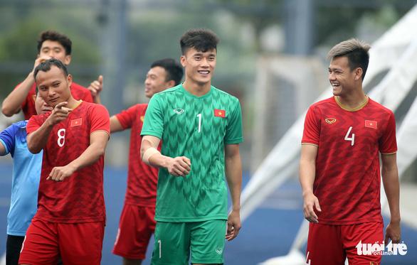 Quang Hải, Bùi Tiến Dũng và các đồng đội cười rạng rỡ trên sân tập sau trận thắng U22 Indonesia - Ảnh 4.