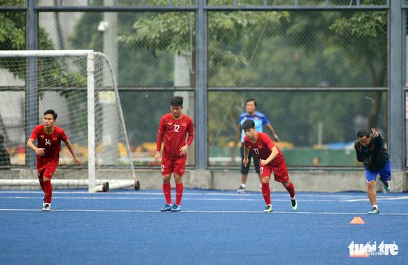 Quang Hải, Bùi Tiến Dũng và các đồng đội cười rạng rỡ trên sân tập sau trận thắng U22 Indonesia - Ảnh 9.