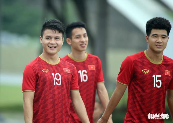 Quang Hải, Bùi Tiến Dũng và các đồng đội cười rạng rỡ trên sân tập sau trận thắng U22 Indonesia - Ảnh 6.