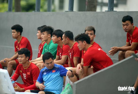 Quang Hải, Bùi Tiến Dũng và các đồng đội cười rạng rỡ trên sân tập sau trận thắng U22 Indonesia - Ảnh 8.