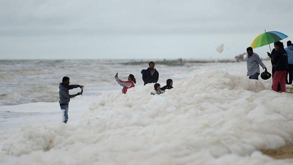 Xem cảnh cả bãi biển chìm trong bọt trắng xóa - Ảnh 5.