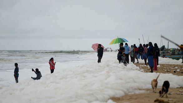 Xem cảnh cả bãi biển chìm trong bọt trắng xóa - Ảnh 7.
