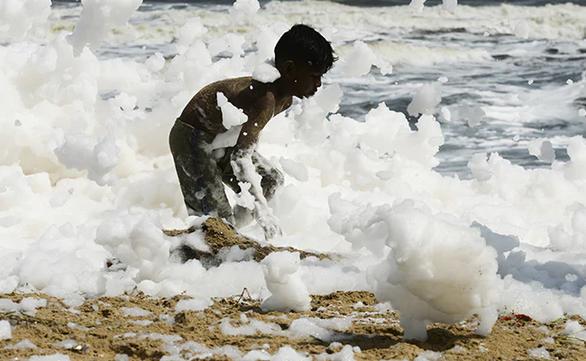 Xem cảnh cả bãi biển chìm trong bọt trắng xóa - Ảnh 1.