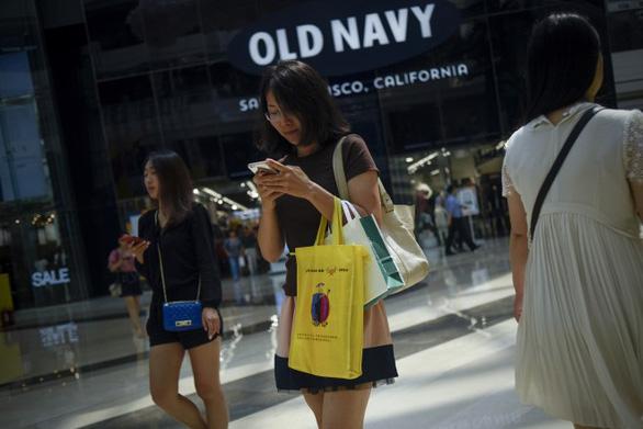 Giới trẻ Trung Quốc chuyển hướng mua hàng nội vì tinh thần yêu nước - Ảnh 1.