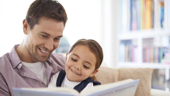 Đọc truyện cho con bằng sách thay vì máy tính bảng - Ảnh 1.