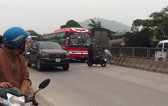 Truy tìm hai nam thanh niên hung hãn chặn đường đập vỡ kính xe khách - Ảnh 1.
