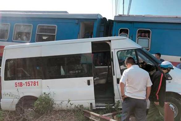 Tàu lửa hất văng xe 16 chỗ, nhiều người bị thương - Ảnh 1.