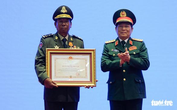 Trao huân chương của Việt Nam, Lào, Campuchia cho các cá nhân, tập thể - Ảnh 2.