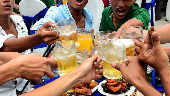 Cấm ép uống bia rượu: cần thiết nhưng cấm được không? - Ảnh 1.