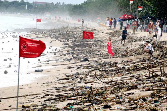 18 tấn rác tràn ngập bãi biển nổi tiếng ở Bali - Ảnh 1.