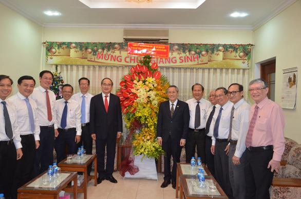 Lãnh đạo Chính phủ, TP.HCM thăm, tặng quà các vị chức sắc đạo Công giáo, Tin Lành - Ảnh 2.