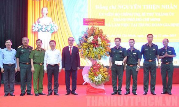 Bí thư Nguyễn Thiện Nhân thăm Trung đoàn Gia Định - Ảnh 1.
