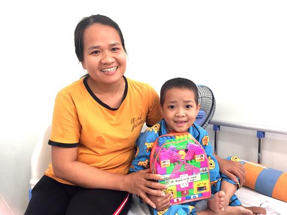 45 bệnh nhi ung thư nhận quà như ước nguyện, chỉ 1 bé không thể nhận - Ảnh 1.