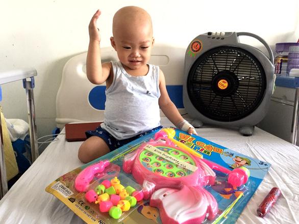 45 bệnh nhi ung thư nhận quà như ước nguyện, chỉ 1 bé không thể nhận - Ảnh 2.