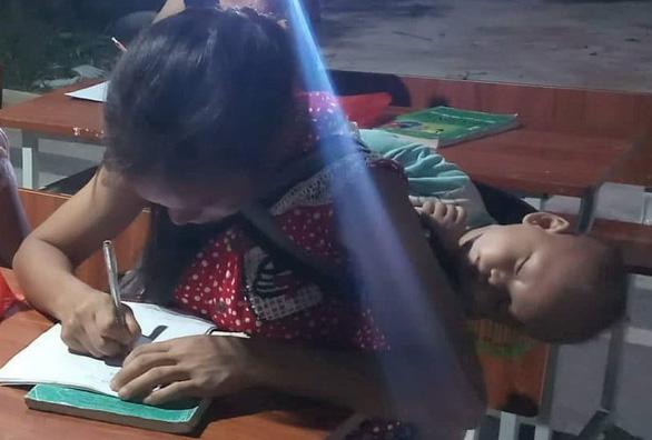 Em ngủ cho ngoan để mẹ học chữ - Ảnh 1.
