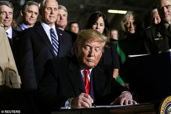 Ông Trump chính thức ký luật quốc phòng 738 tỉ USD, lập lực lượng không gian - Ảnh 1.