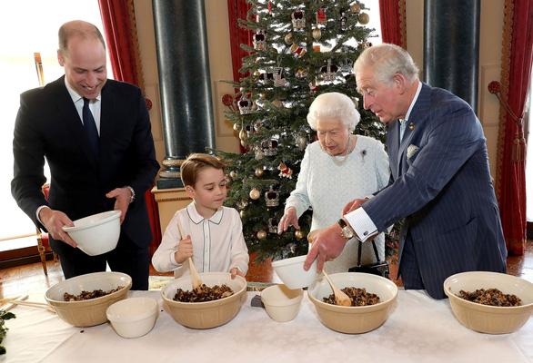 Đăng ảnh Nữ hoàng chuẩn bị Giáng sinh, ý nhắc sự trường tồn của Hoàng gia - Ảnh 1.