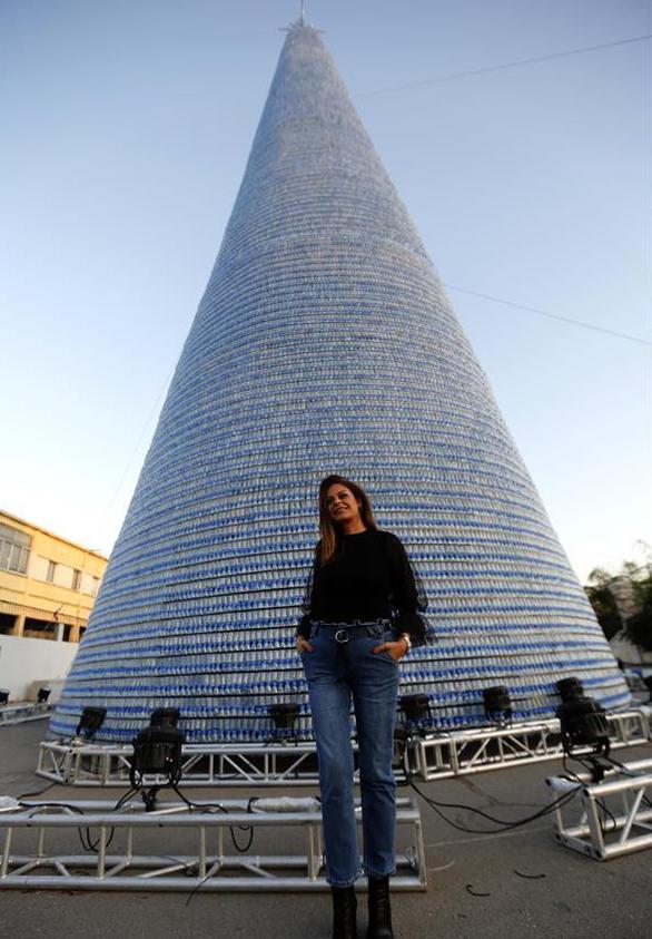 Cây thông Noel ấn tượng nhất mùa Giáng sinh làm từ 129.000 chai nhựa - Ảnh 1.