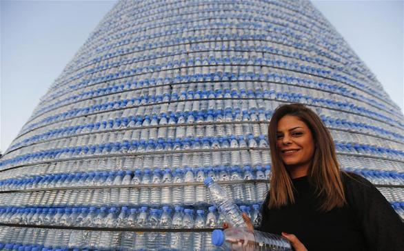 Cây thông Noel ấn tượng nhất mùa Giáng sinh làm từ 129.000 chai nhựa - Ảnh 2.