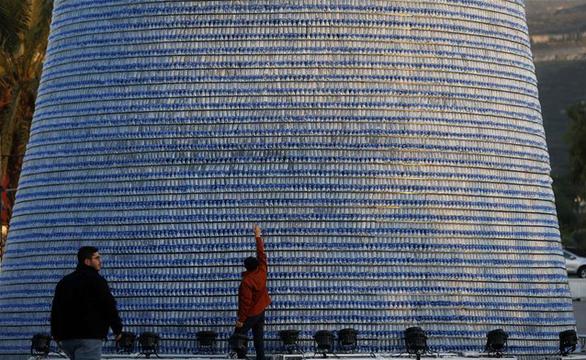 Cây thông Noel ấn tượng nhất mùa Giáng sinh làm từ 129.000 chai nhựa - Ảnh 3.