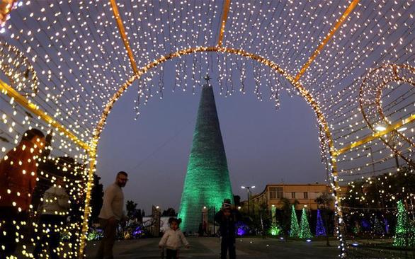 Cây thông Noel ấn tượng nhất mùa Giáng sinh làm từ 129.000 chai nhựa - Ảnh 5.