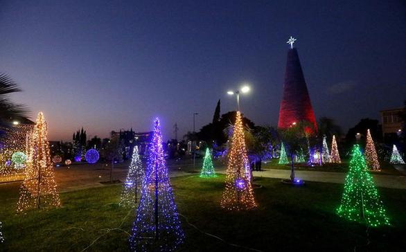 Cây thông Noel ấn tượng nhất mùa Giáng sinh làm từ 129.000 chai nhựa - Ảnh 6.