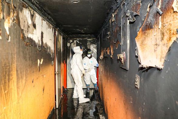 Khách đốt gối tự thiêu rồi bỏ chạy, khách sạn cháy tan hoang - Ảnh 1.