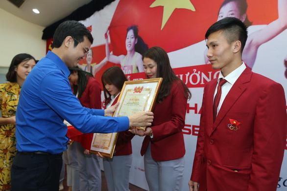 Quỹ hỗ trợ tài năng trẻ Việt Nam trao thưởng 350 triệu đồng cho đội tuyển điền kinh - Ảnh 1.