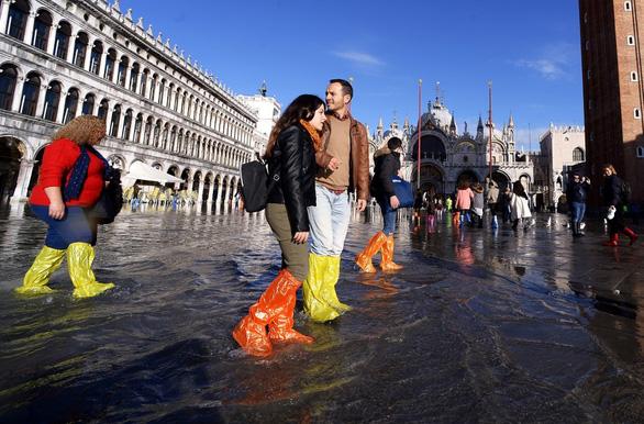 Nước ngập mênh mông khiến Venice mất khách hơn cả bị khủng bố - Ảnh 1.