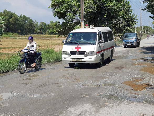 5km đầu tỉnh lộ 943 đầy ổ gà gây khó cho xe cộ, vất vả cho học trò - Ảnh 2.