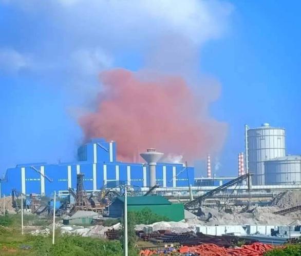 Bụi hồng chưa từng thấy từ nhà máy thép Hòa Phát Dung Quất - Ảnh 1.