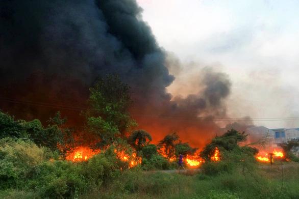 Bãi rác 3.000m2 trong khu dân cư bốc cháy dữ dội - Ảnh 1.