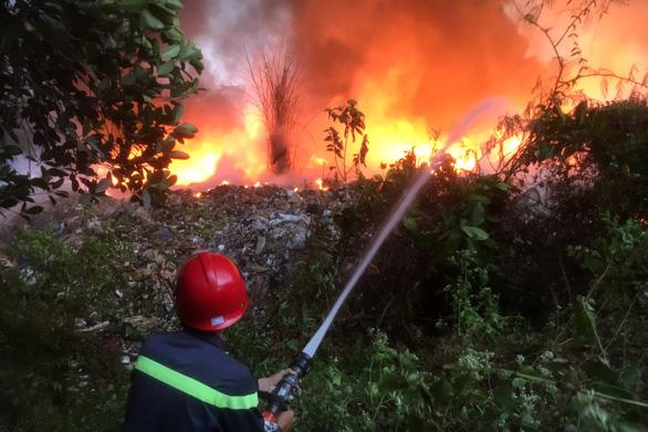 Bãi rác 3.000m2 trong khu dân cư bốc cháy dữ dội - Ảnh 2.