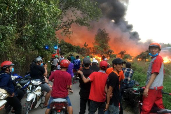 Bãi rác 3.000m2 trong khu dân cư bốc cháy dữ dội - Ảnh 3.