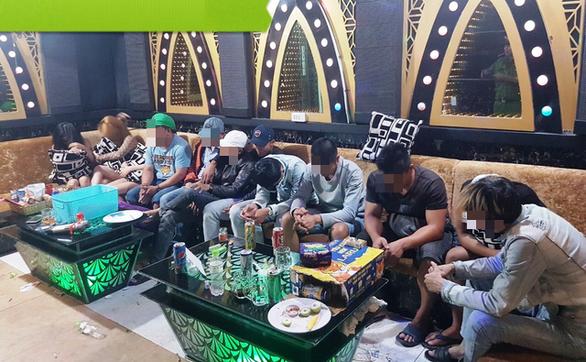 Nửa đêm phát hiện 58 thanh niên sử dụng ma túy trong quán karaoke - Ảnh 2.