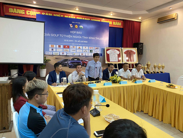 Đấu giá 2 áo đấu của tuyển nữ Việt Nam để tặng lại cầu thủ nữ đón Tết - Ảnh 1.