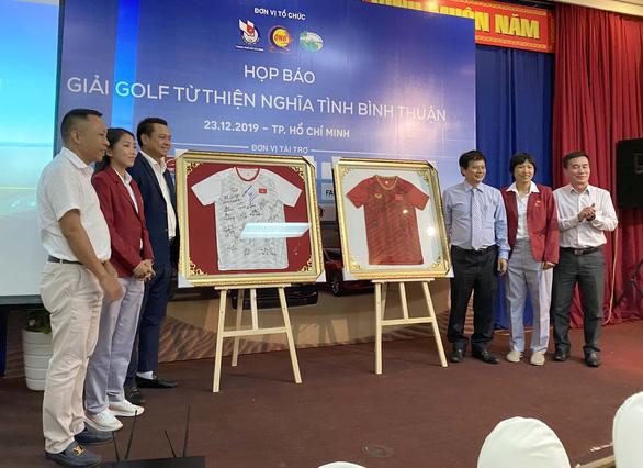 Đấu giá 2 áo đấu của tuyển nữ Việt Nam để tặng lại cầu thủ nữ đón Tết - Ảnh 2.