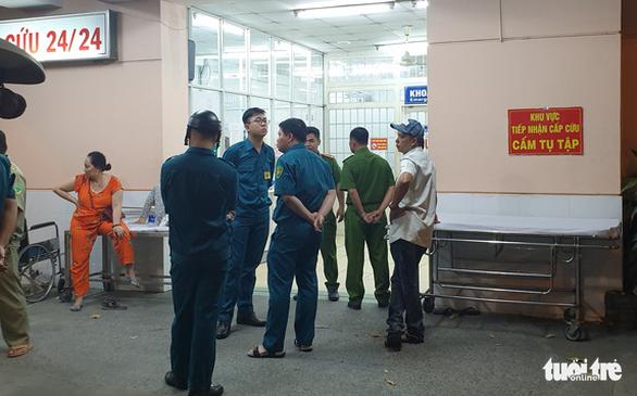 Bệnh nhân cầm súng nhỏ, quá bất ngờ y bác sĩ không thể cản - Ảnh 4.