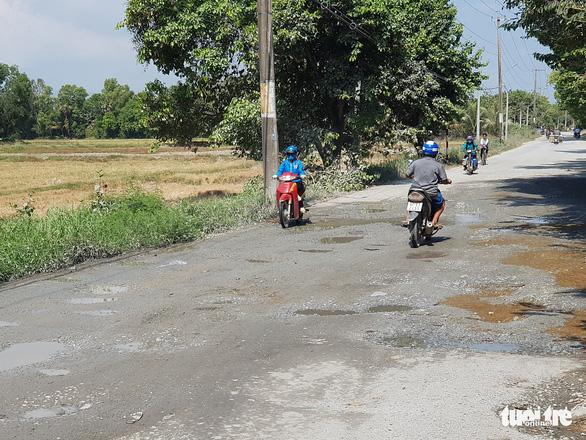 5km đầu tỉnh lộ 943 đầy ổ gà gây khó cho xe cộ, vất vả cho học trò - Ảnh 3.