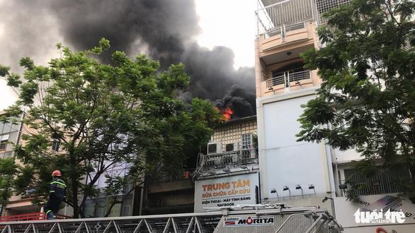 Sân thượng cửa hàng ở quận 10 bốc cháy, hàng chục nhân viên tháo chạy - Ảnh 3.