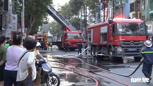 Sân thượng cửa hàng ở quận 10 bốc cháy, hàng chục nhân viên tháo chạy - Ảnh 5.
