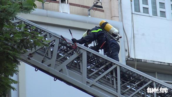 Sân thượng cửa hàng ở quận 10 bốc cháy, hàng chục nhân viên tháo chạy - Ảnh 4.