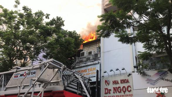 Sân thượng cửa hàng ở quận 10 bốc cháy, hàng chục nhân viên tháo chạy - Ảnh 2.