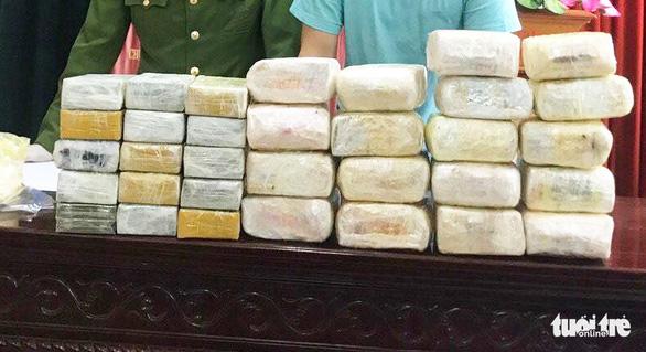 Bắt 5 người Lào đưa 30 bánh heroin và 18kg ma túy đá vào Việt Nam - Ảnh 2.