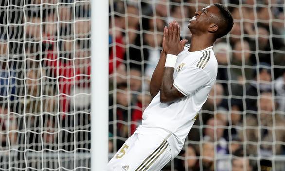 Cột dọc, xà ngang ngăn cản Real Madrid san bằng cách biệt với Barca - Ảnh 1.