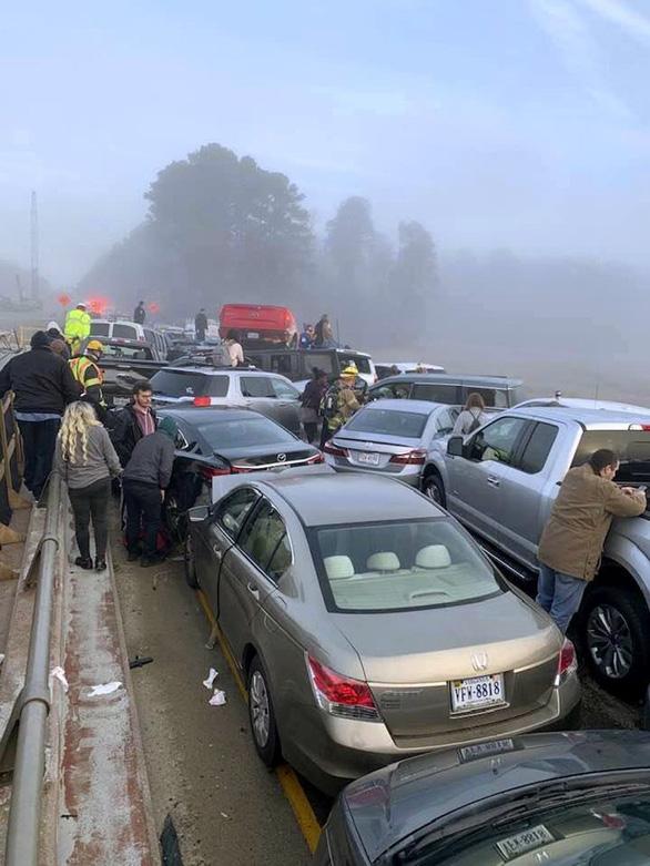 69 xe hơi lao vào chất chồng lên nhau, 51 người bị thương - Ảnh 4.
