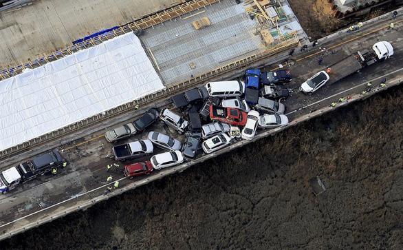 69 xe hơi lao vào chất chồng lên nhau, 51 người bị thương - Ảnh 1.