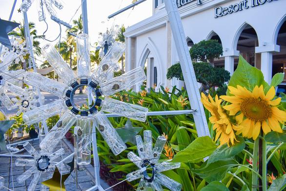 Vườn hoa nảy mầm từ rác thải nhựa - Ảnh 8.
