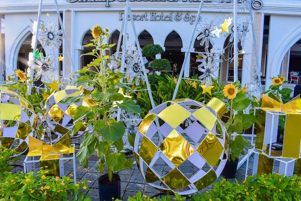 Vườn hoa nảy mầm từ rác thải nhựa - Ảnh 7.